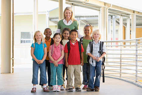 преподавател и ученици в 1 клас
