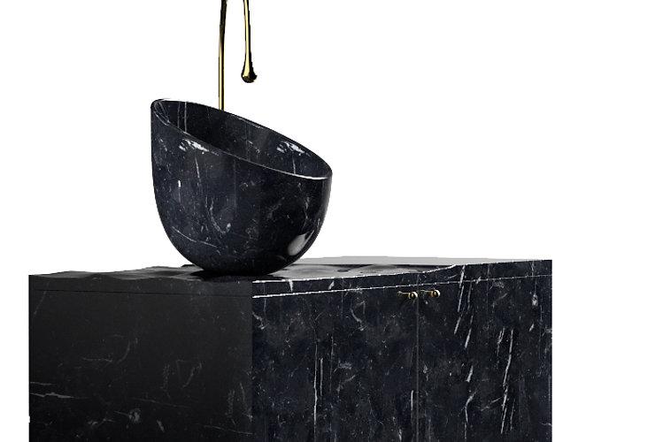 lavabo in marmo a forma d'uovo tagliato su un mobile con superfice d'acqua di mare
