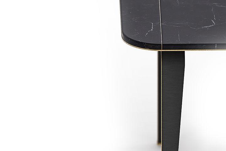 tavolo in marmo con finiture e gambe in metallo