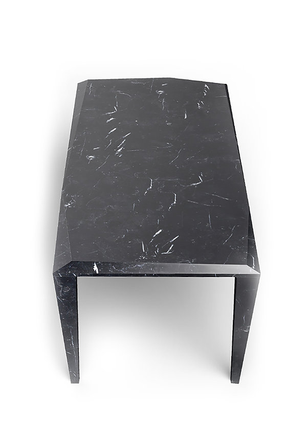 tavolo in marmo dalle forme nette come un diamante