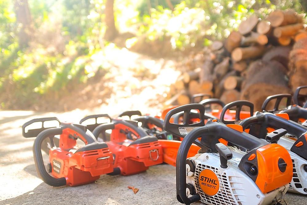 チェンソーでの樹木伐採時の事故や危険性について [海外事故動画あり]|三重県剪定伐採専門店 剪定屋空