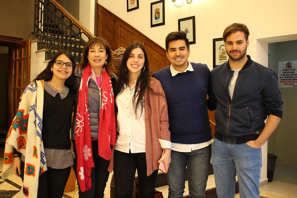 Marisa Failla junto a los voluntarios de la Fundación