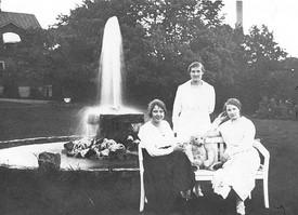 Vid fontänen i parken