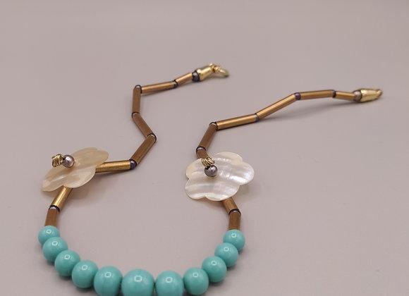 Collier perles turquoises, fleurs de nacre, perles grises, laiton