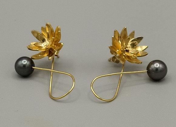 Boucles d'oreilles fleurs en vermeil, perles de culture grises.