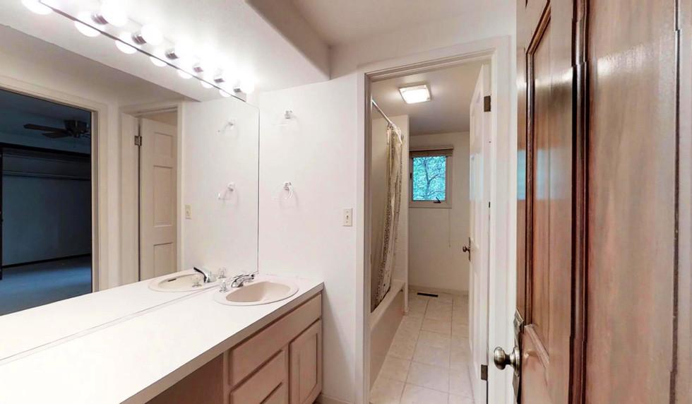 25 - Bathroom 1 (1).jpg