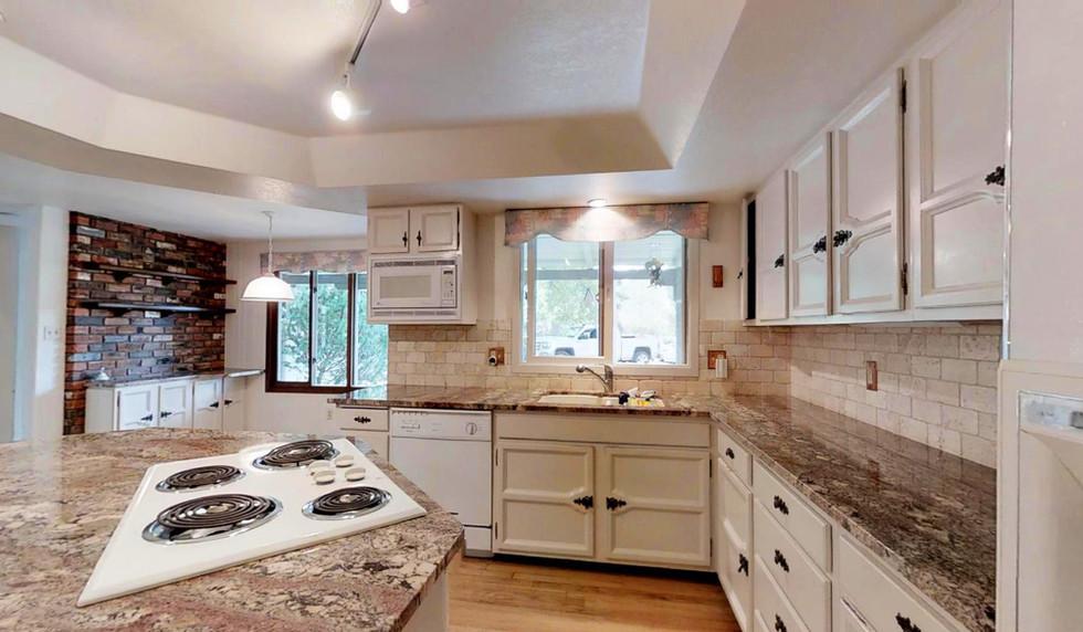 17 - Kitchen (5).jpg