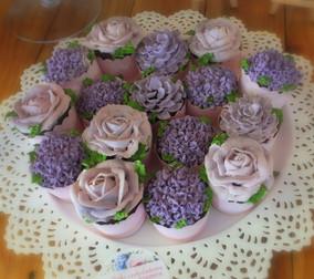 Muffinki, cupcake z kremem, kwiaty maślane