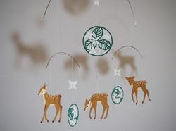 子鹿とヤマボウシ