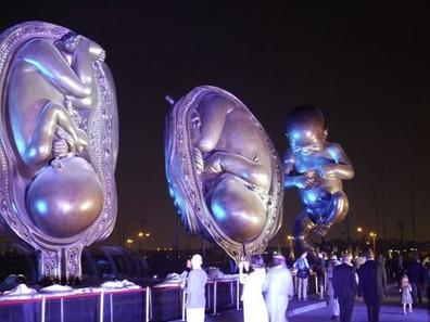 No Catar, estátuas gigantes retratam a gestação de um bebê