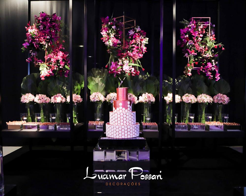 Decoração de debutante contemporânea com aéreos florais, geometrias e flores em tons de rosa.
