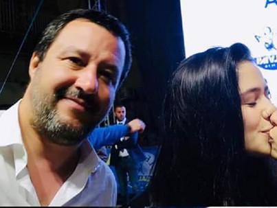 Leszbikus csókkal tréfálták meg a szélsőjobbos olasz minisztert