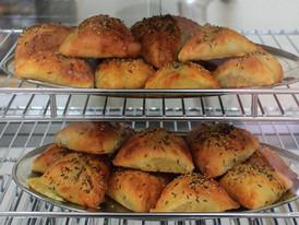 Tradiční uzbecký pokrm - samsa. Pečené tašičky s hovězím a vepřovým masem, posypané římským kmínem a sezamem. Taštičky pro Vás s láskou pečeme každý den čerstvé :).