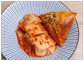 Kimchi je skvělý společník snad ke každému jídlu! Vyzkoušejte naši samsu v kombinaci s kimchi! Je to dobrota :).