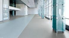 Langer Gang mit einem Kunststoffboden von Forbo Flooring