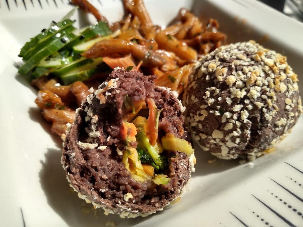 Prato de macarrão com shimeji e bolinho de feijão recheado com legumes