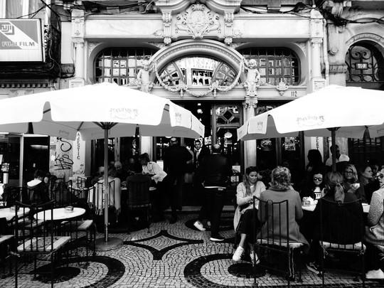 terrasse café noir et blanc.JPG