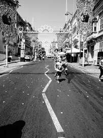 rue festive noir et blanc