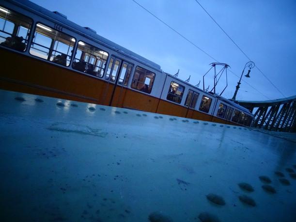 tram sur pont.JPG