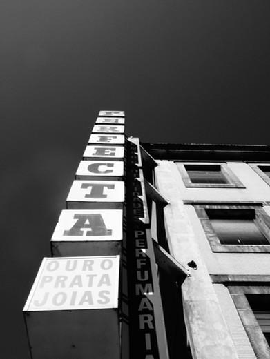 enseigne boutique noir et blanc.JPG