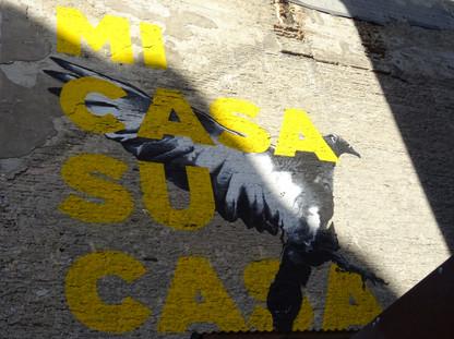 tag jaune sur mur.JPG