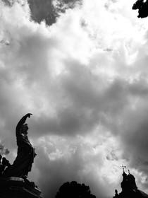 statue et ciel noir et blanc