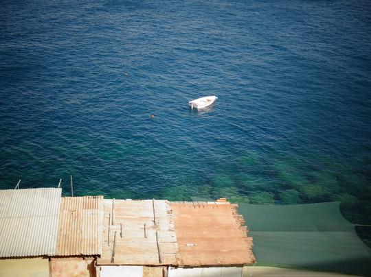 barque et toits de taule