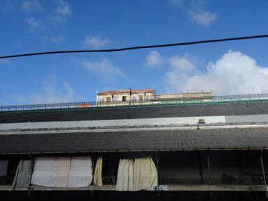 ciel bleu et linge de maison.JPG
