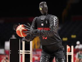 TOKYO 2020: un umanoide stupisce la folla con scatti e canestri robotici.