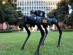 I Robot aiutano l'uomo a pulire le superfici dai virus in modo che lui non debba farlo.