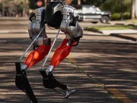 Cassie: il robot bipede che ha imparato a camminare grazie alla AI.