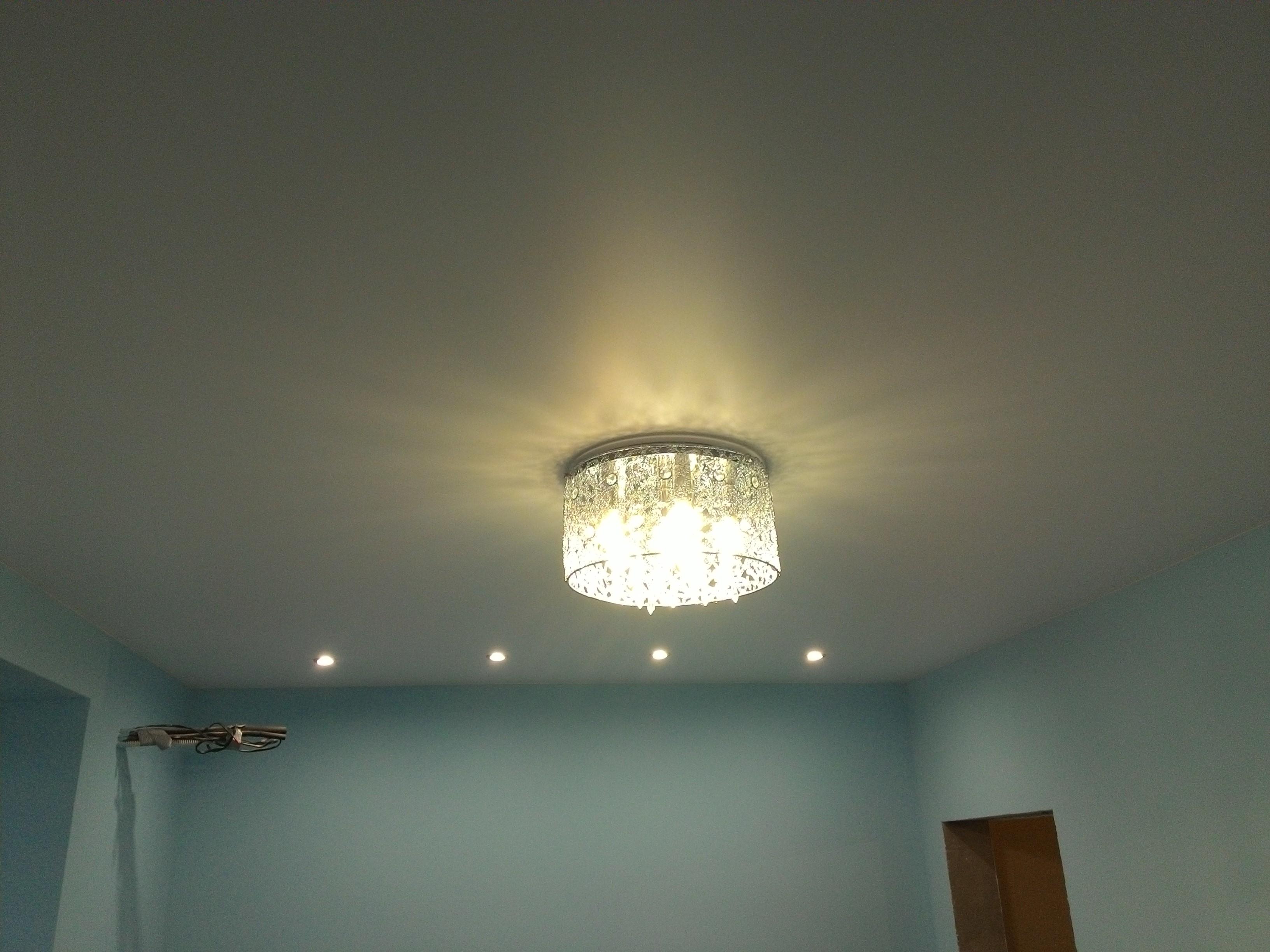люстра + софиты на матовом потолке
