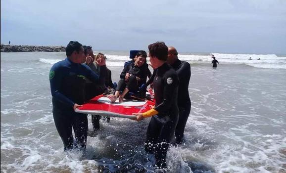 עדי ומתנדבים עוזרים לילד בעל מוגבלות לקלוש