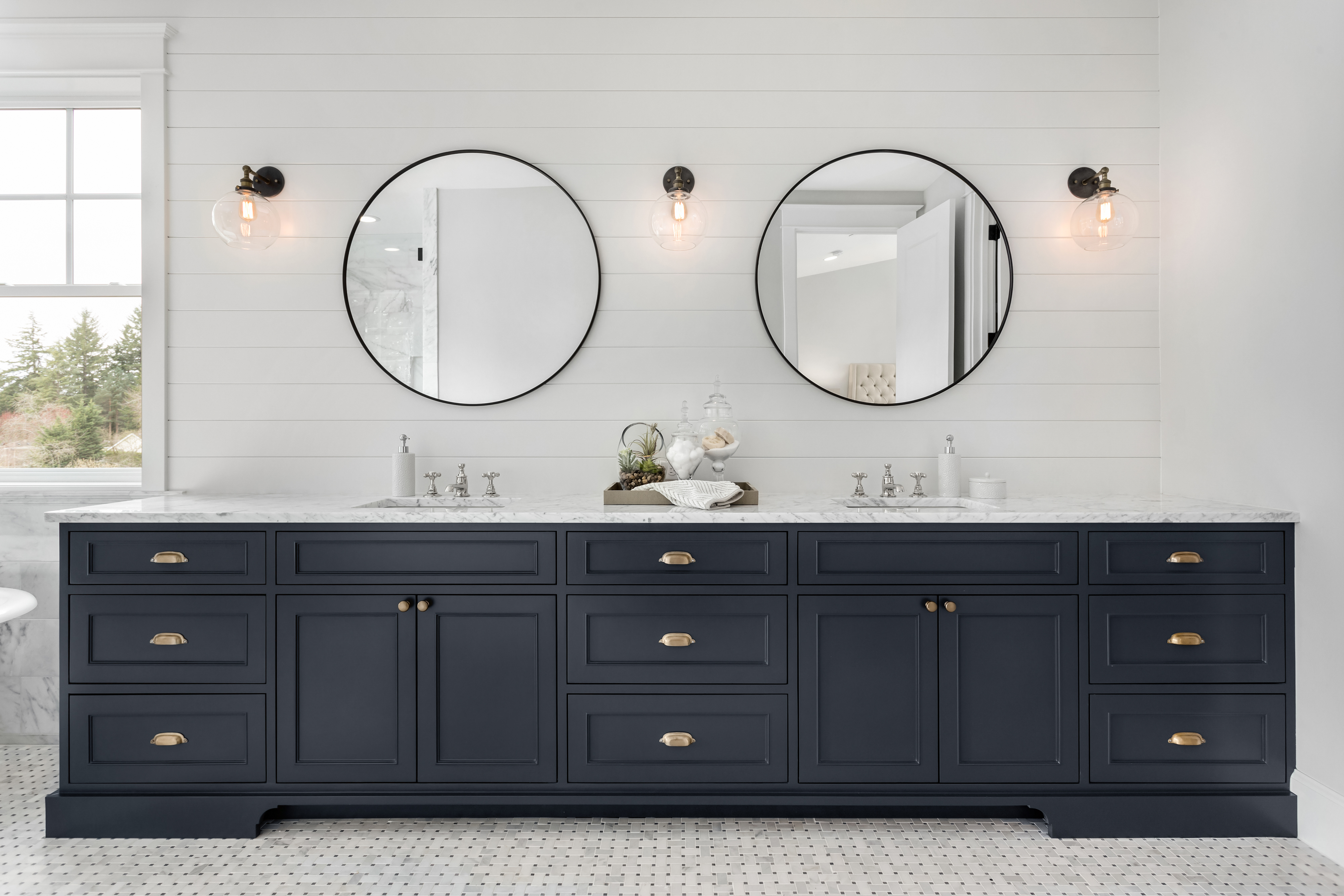 Large Double Vanity in Master Bathroom i