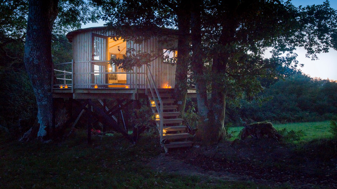 dusk at Tyr Onnen treehouse
