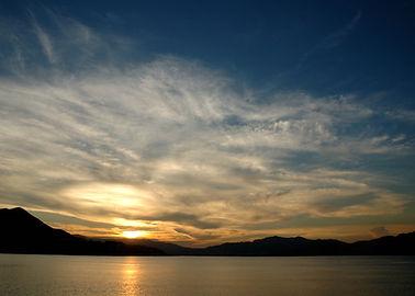 雲和海漸漸被夕陽染黃