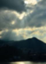 陽光穿過雲層,灑落在吐露港上