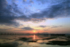 日落的光反射在泥灘上,亙相暉影