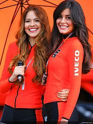 Werbebild Iveco 2 Frauen unter einem Schirm