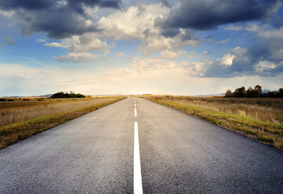 Landschaftsbild mit einer Straße die in den Horizont verläuft