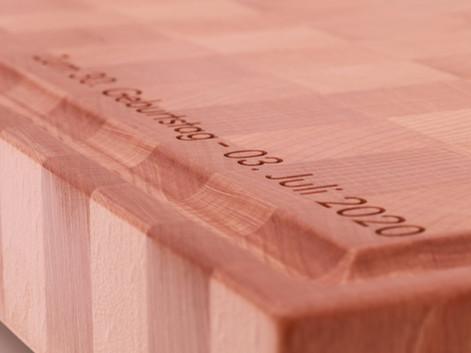 Profi Schneidebrett aus Schweizer Holz mit individueller Gravur. Traumbrett.