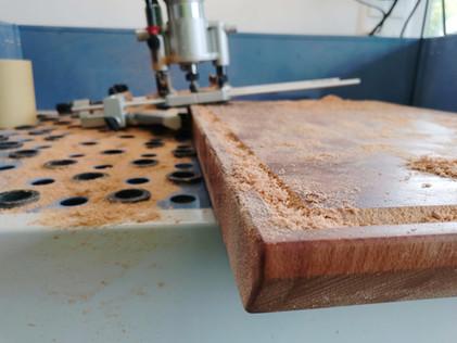 Hirnholz Profi Schneidebrett mit Saftrille aus Schweizer Holz