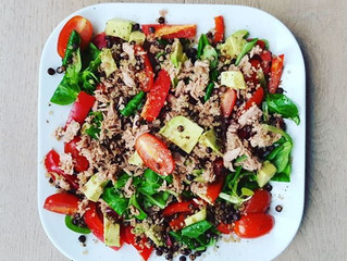 Salade met tonijn, avocado en quinoa
