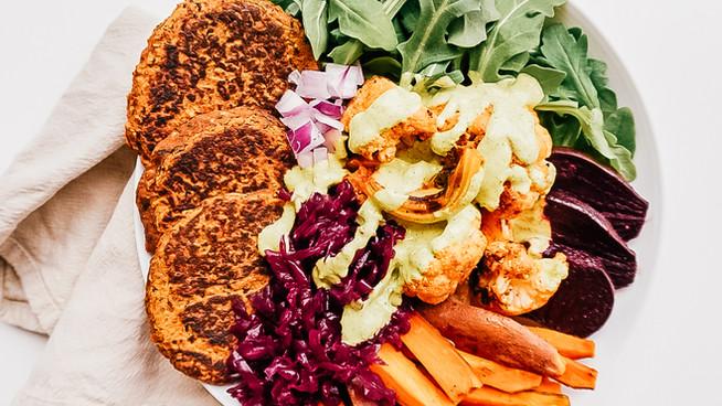 Bowl de vegetales horneados y hamburguesas de frijoles negros