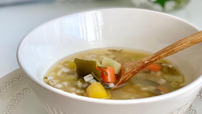 Sopa de Cebada con Alga Kombu, Apio y Zanahoria