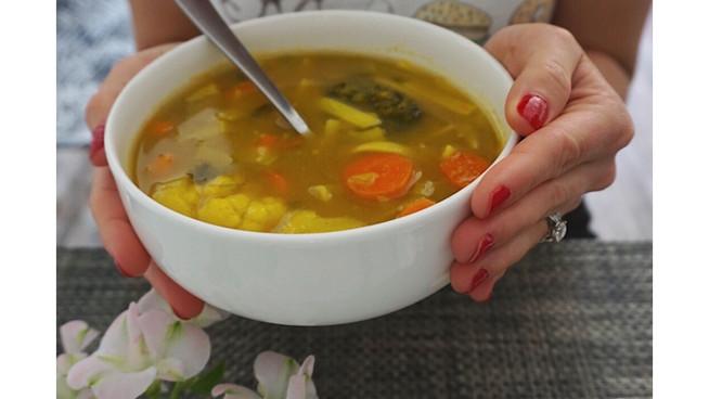 Sopa de Verduras y Noodles con Curry