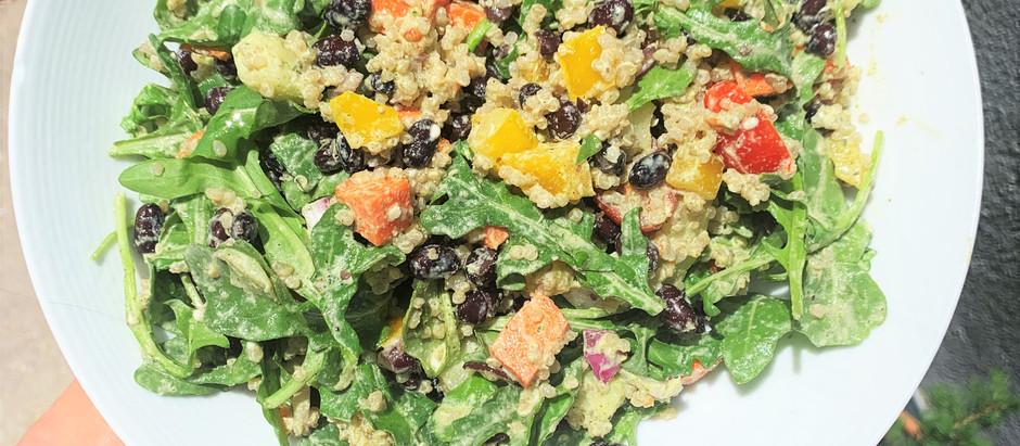 Ensalada de Quinoa, Frijoles Negros y Aderezo de Hemp con Cúrcuma.