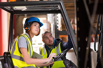 empleada-de-almacen-mozo-de-almacen-moza-de-almacen-warehouse-workers-loading-and-unloadng