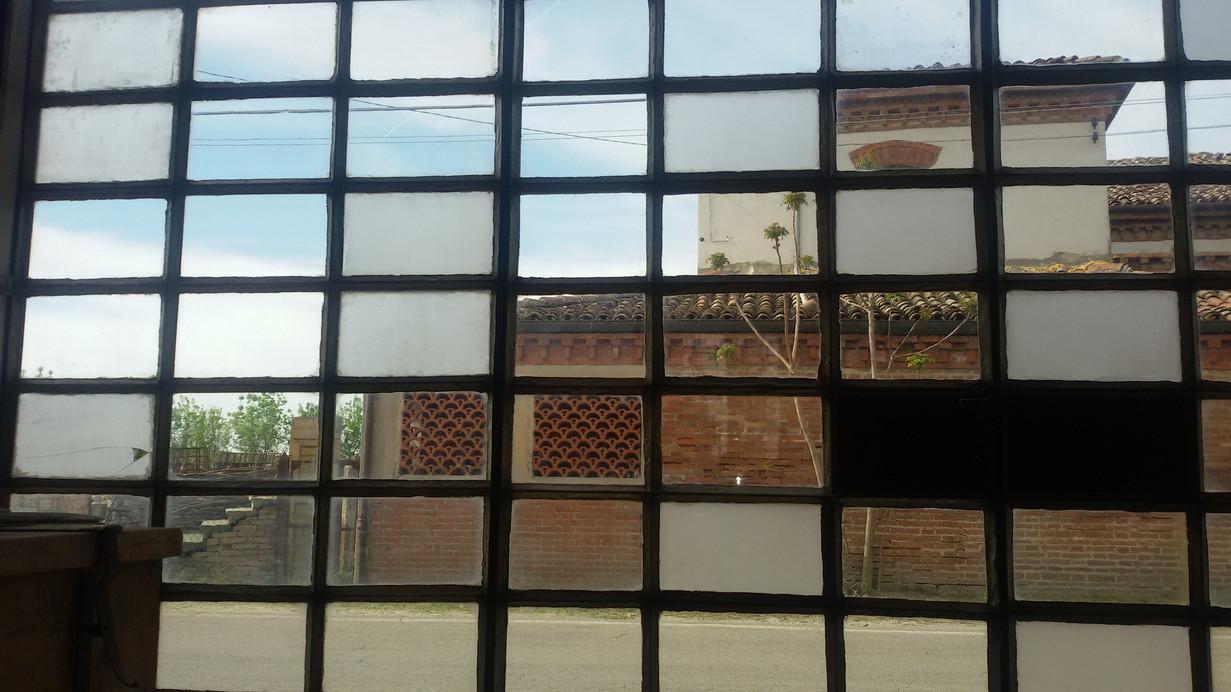 Edificio riflesso in vetrata