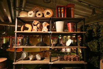 Scansia con materiale industriale ed artigianale
